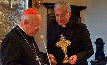Relicário com o sangue de João Paulo II (E). Cardeal Dziwisz e dom Boccardo (D) (Vatican Media)
