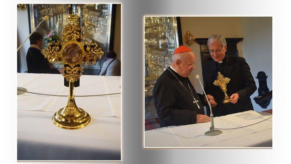 Relicário com o sangue de João Paulo II (E). Cardeal Dziwisz e dom Boccardo (D)