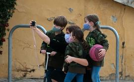 No Brasil, apenas uma das quatro vacinas em testes engloba pessoas menores de 16 anos (Jose Jordan/AFP)