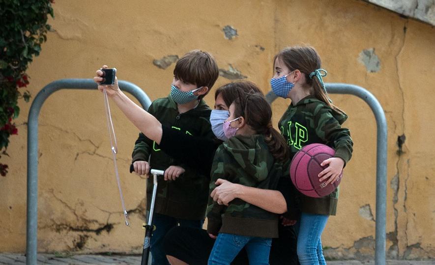 No Brasil, apenas uma das quatro vacinas em testes engloba pessoas menores de 16 anos