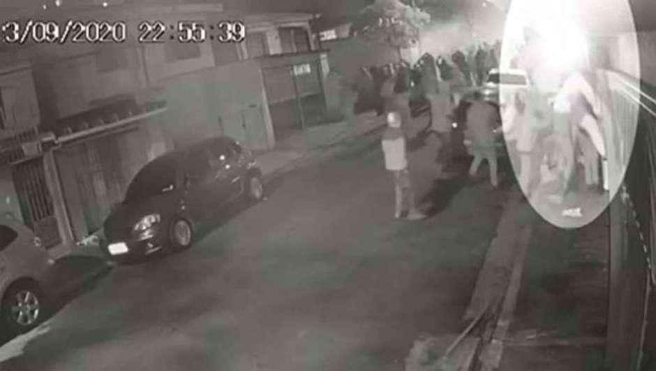 Pancadaria foi registrada por câmeras de segurança da região