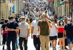 Pessoas com máscara passeiam pela principal rua comercial de Bordeaux: mundo teve 33 milhões de casos (MEHDI FEDOUACH/AFP)