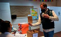Eleitor vota em Montevidéu em 27 de setembro de 2020 (Eitan ABRAMOVICH/AFP)
