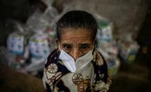 Mulher aguarda para receber comida e produtos de higiene na cidade de Jinotega, a 150 km de Managua, em 17 de setembro de 2020 (Inti Ocon/AFP)