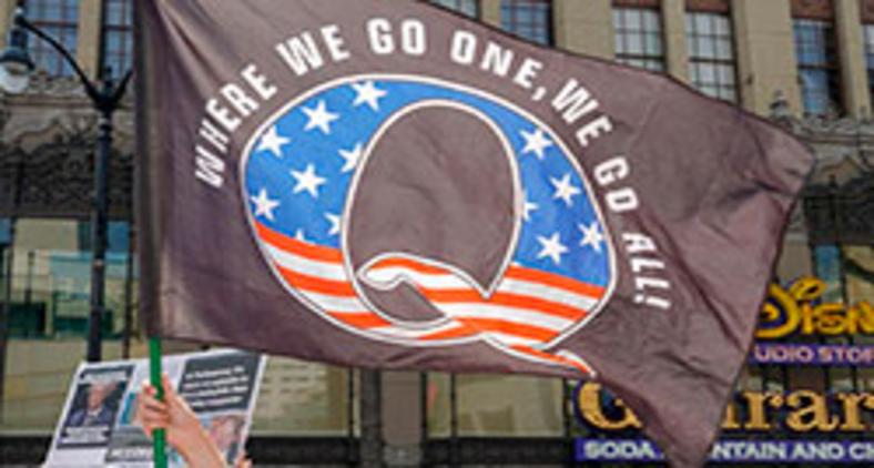 Apoiadores do QAnon protestam em Los Angeles em agosto (Kyle Grillot/AFP)