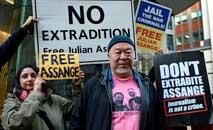 O artista chinês Ai Weiwei defendeu a liberdade de imprensa em frente ao tribunal de Londres (Daneil Leal-Olivas/AFP)