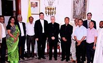Arcebispo Giambattista Diquattro (centro), que foi núncio apostólico na Índia e no Nepal de 21 de janeiro de 2017 a 29 de agosto de 2020, com um grupo de pessoas da mídia cristã em Nova Delhi, 25 de abril de 2018 (Reprodução/NCR)