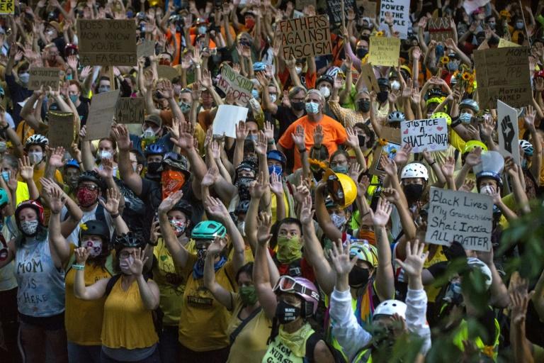 Manifestantes dão as mãos em frente ao Centro de Justiça do Condado de Multnomah em 20 de julho de 2020 em Portland
