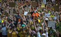 Manifestantes dão as mãos em frente ao Centro de Justiça do Condado de Multnomah em 20 de julho de 2020 em Portland (Nathan Howard/AFP)