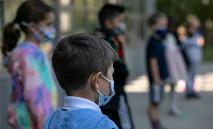 De acordo com um estudo americano, 51 crianças entre 5 e 17 anos faleceram da covid-19 nos Estados Unidos (John Moore/AFP)