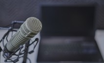 Podcasts estão disponíveis no Spotify (Dan Levbre/ Unsplash)