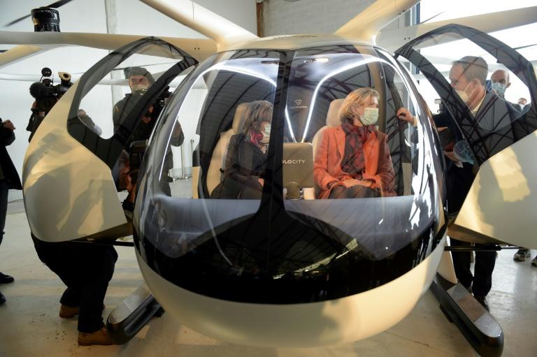 Presidente da região Ile-de-France, Valerie Pecresse (D) e CEO da Ratp Catherine Guillouard (E) escutam explicação de  Florian Reuter, CEO da start-up alemã Volocopter GmbH, a bordo do táxi aéreo do Volocopter