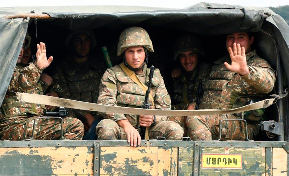 Soldados do exército separatista de Nagorno Karabakh seguem para a cidade de Martakert