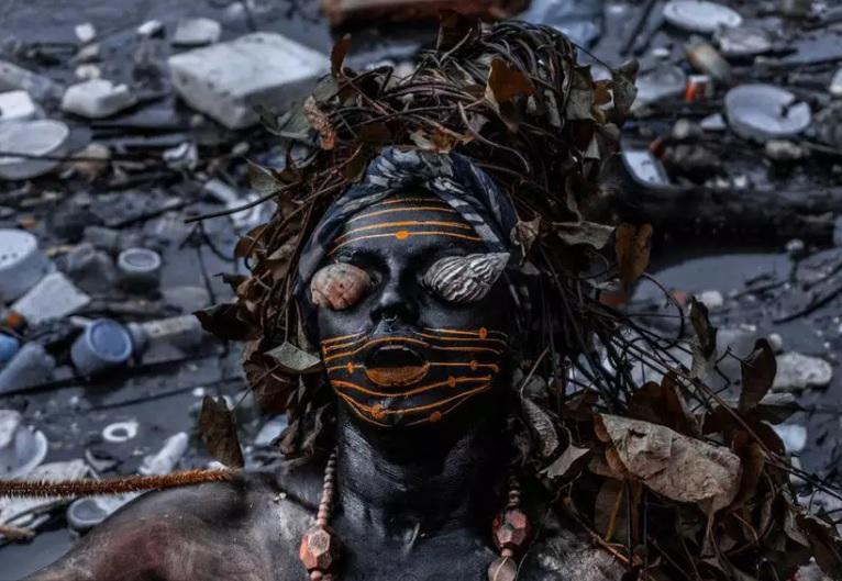 A performer, bióloga e defensora da Amazônia, Uýra Sodoma, apresenta a performance 'Quintal', produzida para o Festival