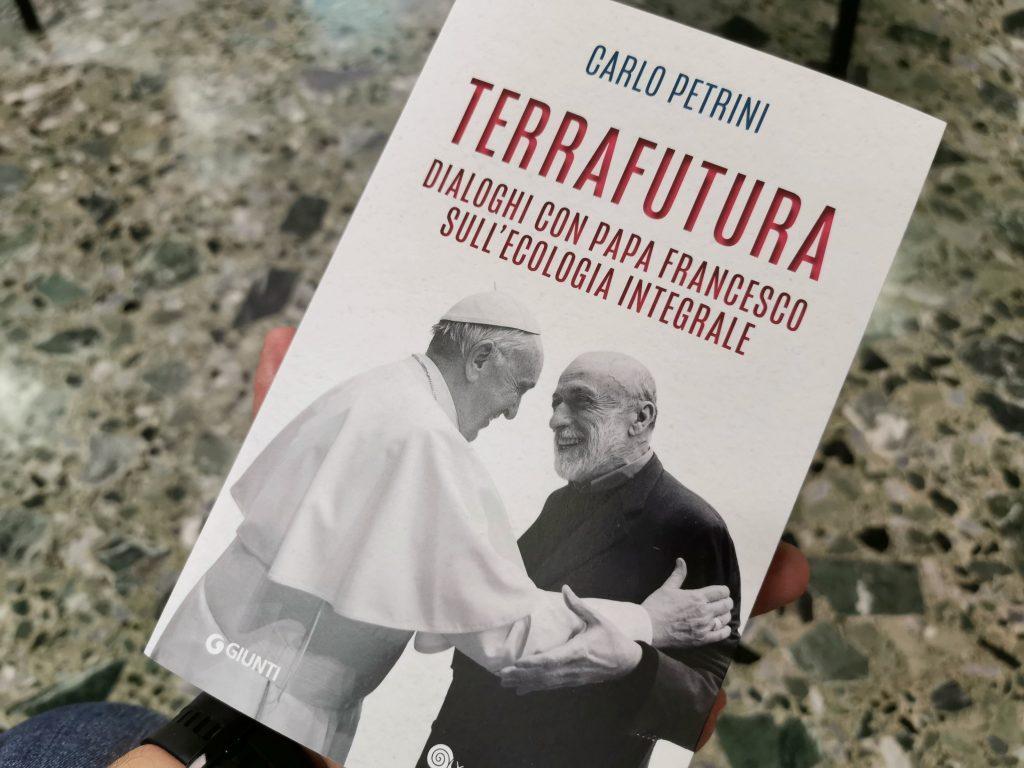 'Terra futura' apresenta três conversas, de 2018 a 2020, entre Petrini e o papa, sobre vários assuntos e eventos importantes, como ecologia integral, Sínodo da Amazônia e pandemia