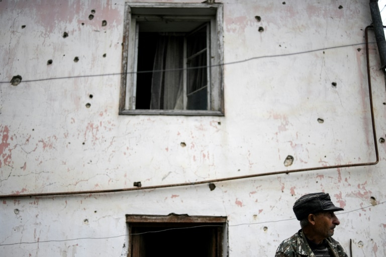 Parede de casa cravejada de tiros em Martuni, no território de Nagorny Karabakh