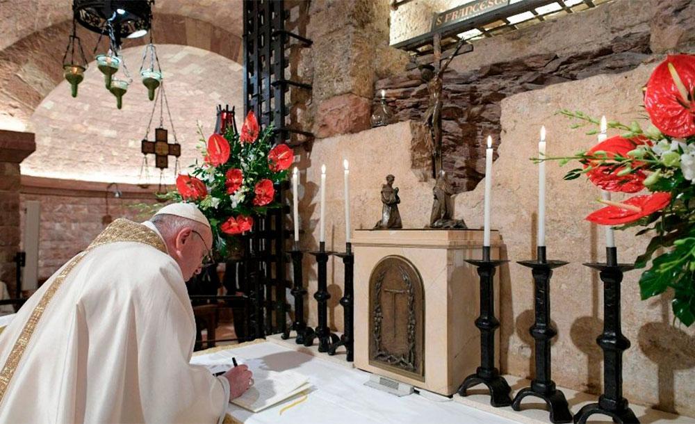 Francisco assinou três exemplares de sua terceira encíclica, que será lançada no domingo.