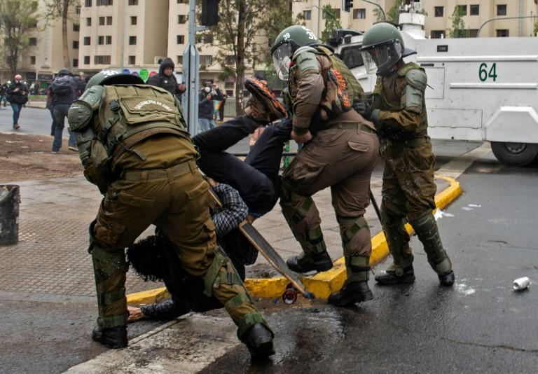 Os Carabineros do Chile prendem um manifestante durante protesto contra o governo do presidente Sebastián Piñera em Santiago, em 25 de setembro de 2020