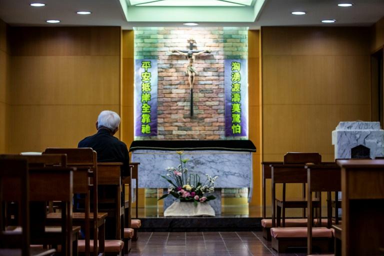 O bispo emérito de Hong Kong, o cardeal Joseph Zen, reza na capela de sua casa