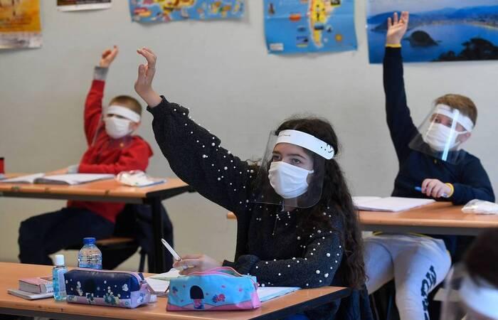 O uso obrigatório de máscaras, distanciamento mínimo de um metro entre os alunos e revezamento de equipes estão entre as orientações