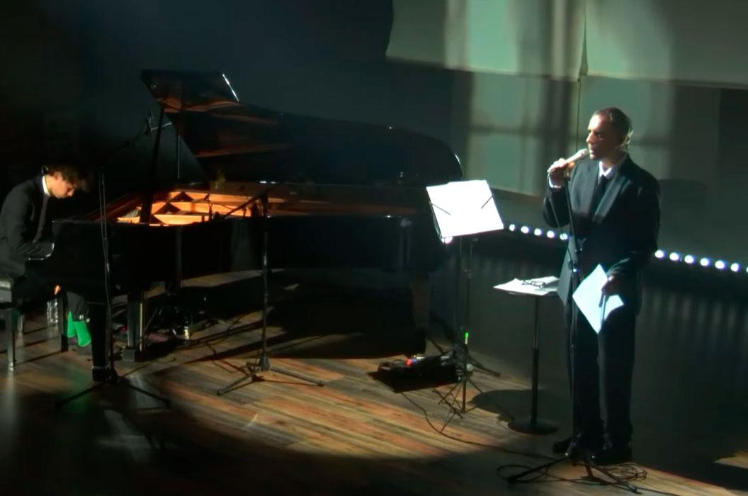Cena da live de Arnaldo no Sesc Pompéia, disponível no Youtube