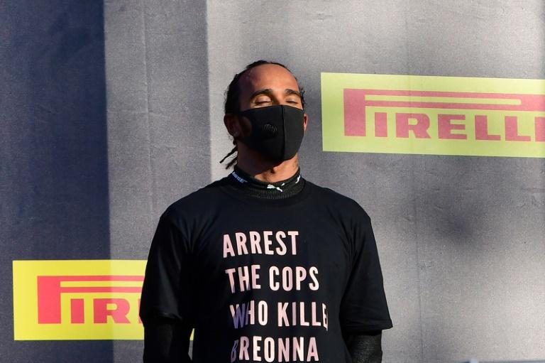 Lewis Hamilton no pódio do GP da Toscana protesta contra policiais americanos que assassinaram a jovem negra Breonna Taylor, em março deste ano
