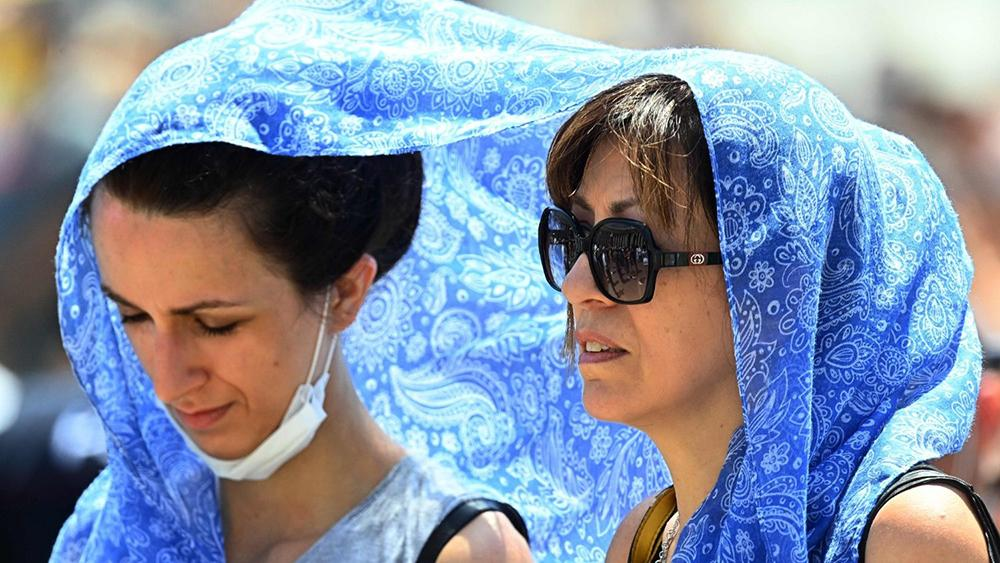 Mulheres católicas presentes na oração do Angelus do papa