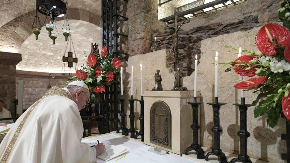 Em Assis, diante do túmulo de São Francisco, o papa assina sua terceira encíclica, Fratelli Tutti