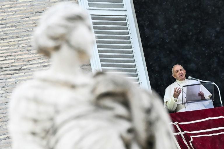 Papa Francisco fala aos fiéis da janela do palácio apostólico, voltada para a praça de São Pedro, durante a oração dominical do Ângelus, em 11 de outubro de 2020 no Vaticano