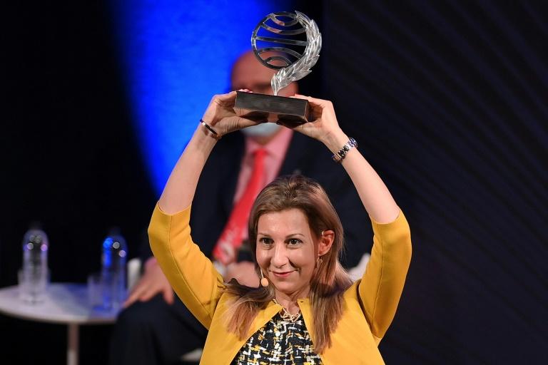 A escritora espanhola Eva García Sáenz de Urturi recebe o prêmio Planeta por seu livro 'Aquitania', em 15 de outubro de 2020, em Barcelona