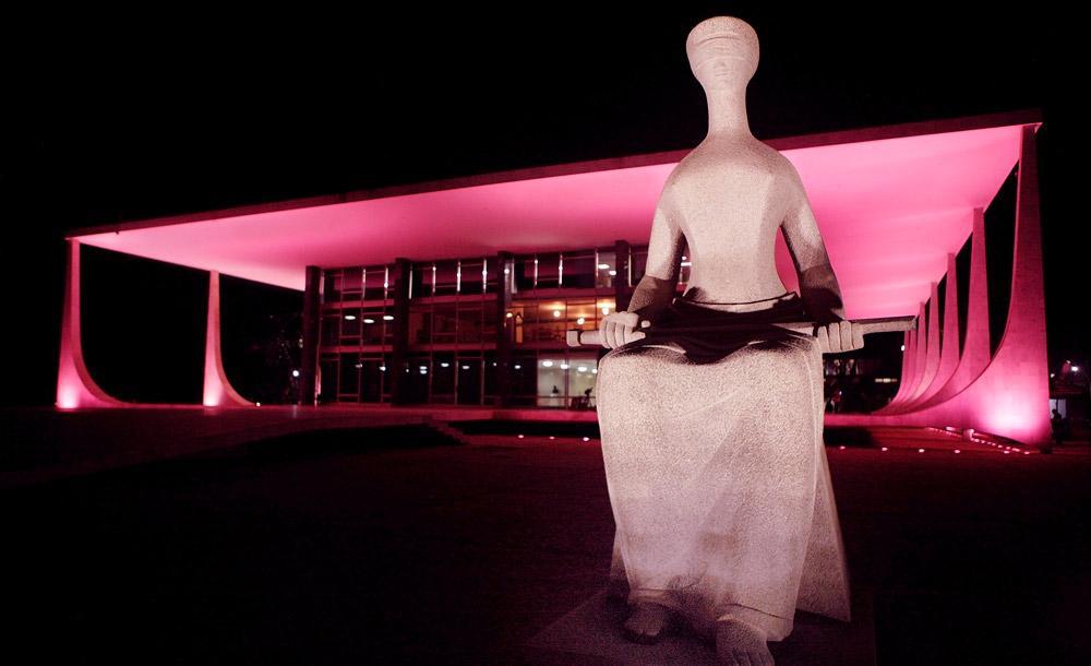 Edifício do STF, em Brasília, com iluminação prestigiando a campanha Outubro Rosa
