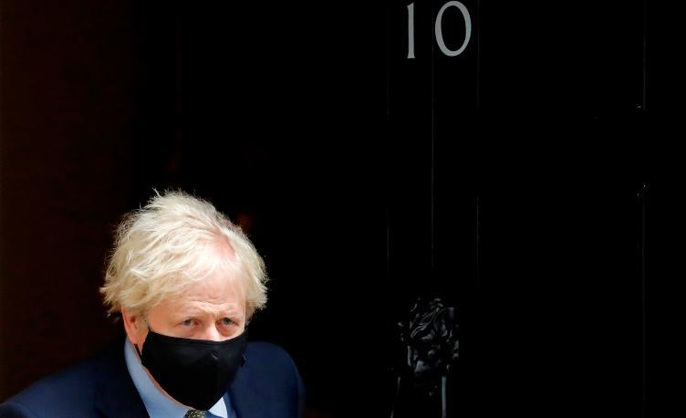 Boris Johnson diante da residência oficial do número 10 de Downing Street, em Londres