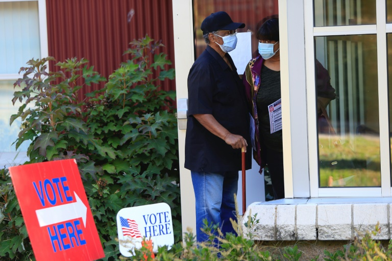 Eleitores fazem fila para votar em Asheville, Carolina do Norte, em 15 de outubro de 2020
