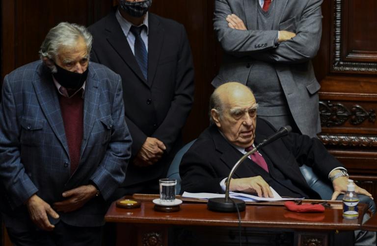 Os ex-presidentes uruguaios José Mujica (e) e Julio María Sanguinetti, em sua última sessão como senadores após apresentarem suas renúncias ao Senado, em Montevidéu