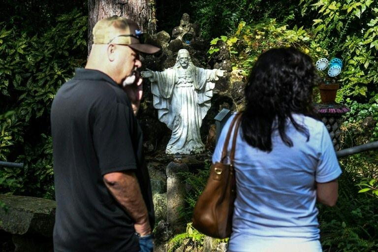Visitantes de Ave Maria Grotto em Cullman, no Alabama