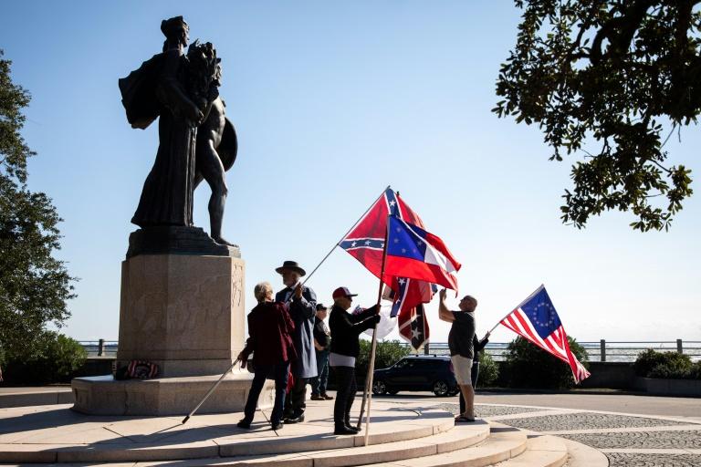 Um pequeno grupo exibe bandeiras da Confederação todo fim de semana em Charleston, EUA