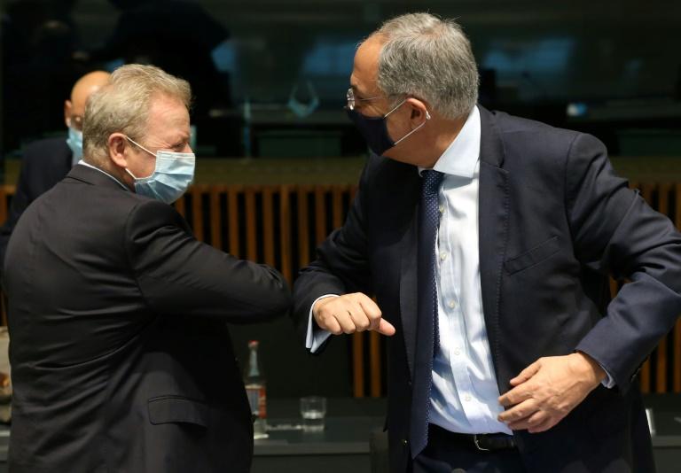 O comissário europeu da Agricultura, Janusz Wojciechowski (esq), cumprimenta o ministro da Agricultura do Chipre, Costas Kadis, antes de reunião em Luxemburgo