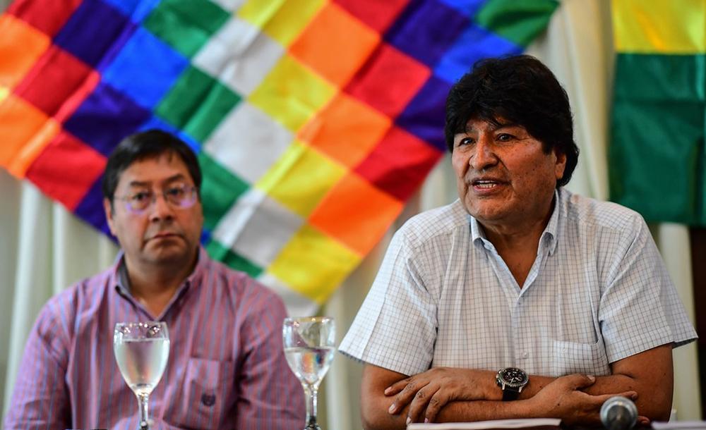 O presidente eleito Luis Arce (esq) foi ministro da Economia de Evo Morales