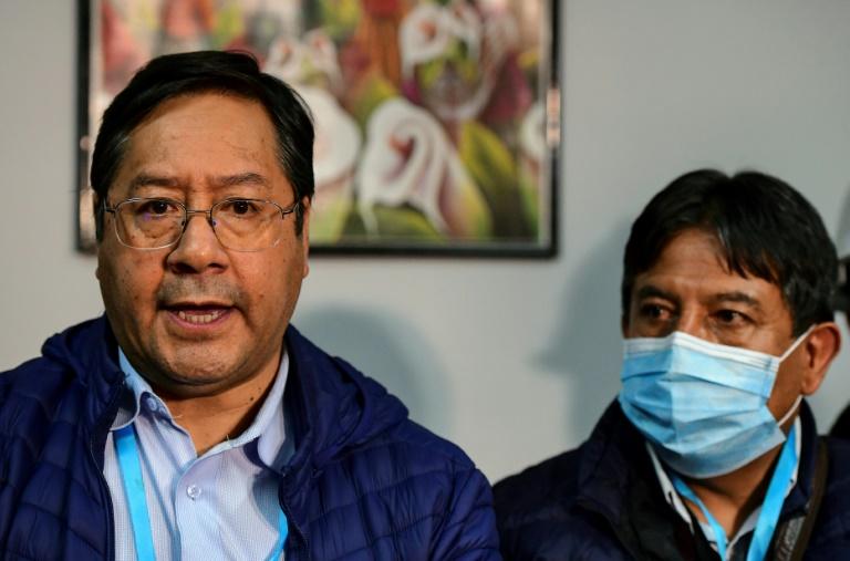 O presidente eleito da Bolívia, Luis Arce (E), e seu vice, David Choquehuanca (D), durante coletiva de imprensa em La Paz, 19 de outubro de 2020