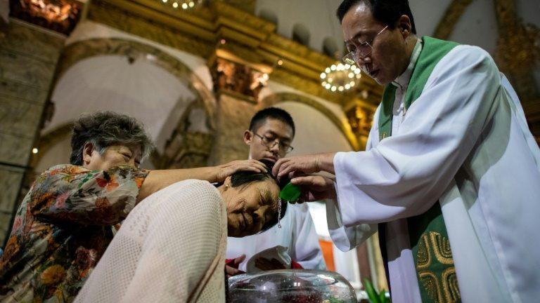 Os católicos, assim como os fiéis de outras religiões, sofrem com a política de onipresença do regime chinês