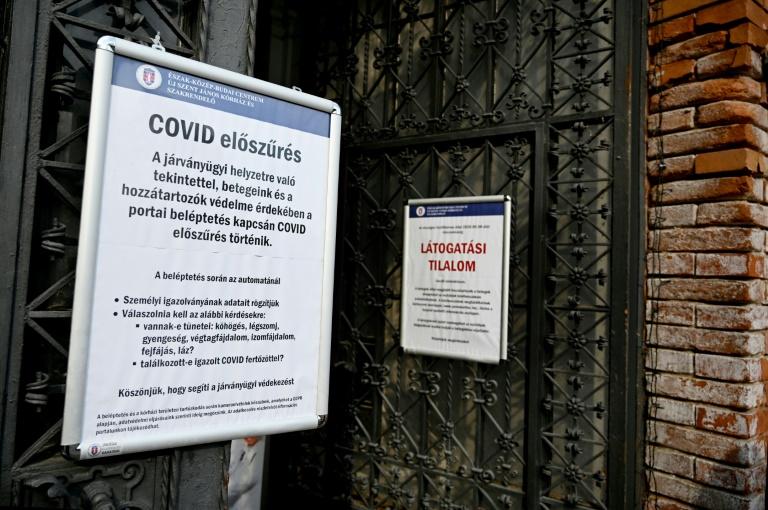 Cartazes com alerta sobre a covid-19 em hospital de Budapeste (Hungria)