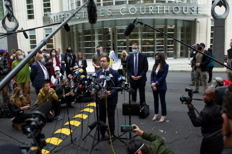 Seth DuCharme, procurador do distrito leste de Nova York, fala à imprensa em frente à corte federal do Brooklyn, em Nova York, após a condenação de Keith Rainiere a 120 anos de prisão em 27 de outubro de 2020