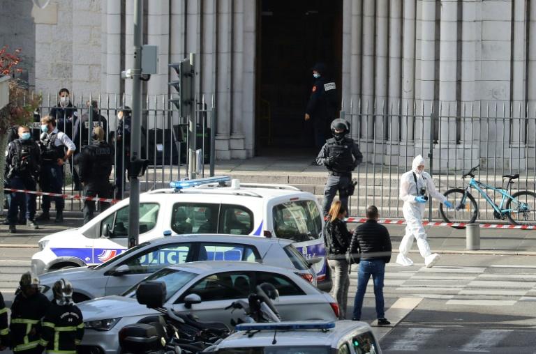 Policiais diante da igreja Notre-Dame de Nice após o ataque com faca