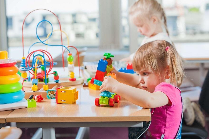 Certos brinquedos e jogos exigem algum tipo de interação, essencial para o raciocínio lógico