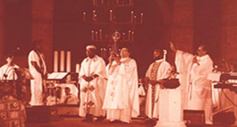 Milton Nascimento, no palco, com os representantes religiosos e a imagem de Nossa Senhora Aparecida em 1990 (Autor desconhecido/jobim.org)