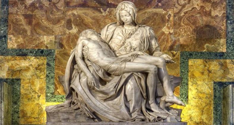 Jesus morto nos braços de Maria, na escultura 'Pietà' (Piedade) de Michelangelo (Reprodução)