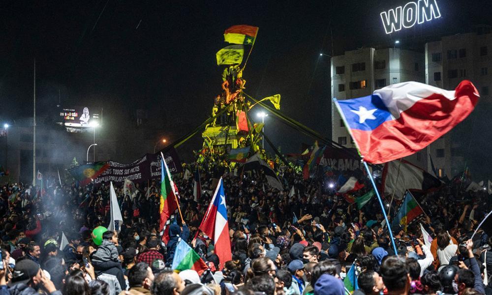 Extraordinariamente pulsantes também, as cenas do povo chileno nas ruas, com garra e alegria, celebrando a pá de cal na Constituição espúria da ditadura Pinochet