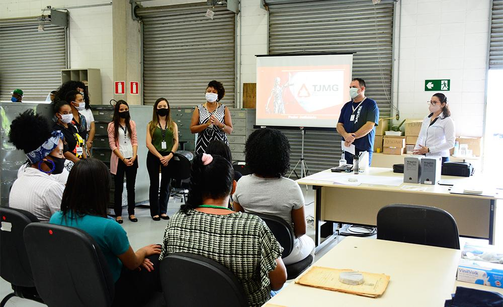 Recuperandas da Apac de Belo Horizonte recebem instruções sobre o trabalho com os arquivos históricos