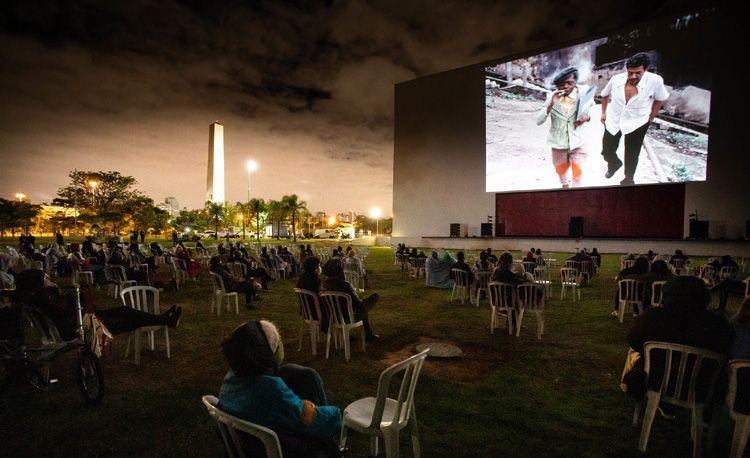 Área externa do Auditório Ibirapuera durante a sessão ao ar livre do filme 'Ladrões de cinema', de Fernando Coni Campos