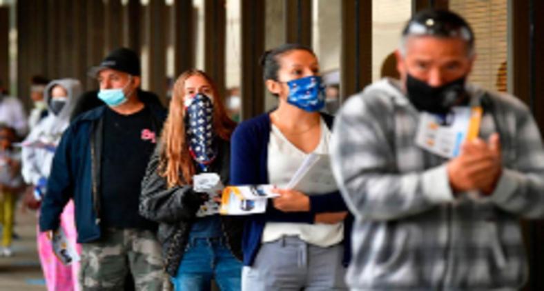 Eleitores faze fila para votar em escolha histórica para o futuro dos EUA (AFP)